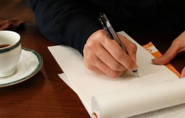 ペンで執筆